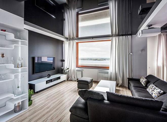 Глянцевый натяжной потолок в интерьере гостиной