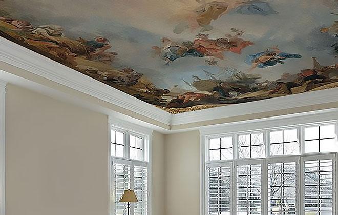 Тканевый натяжной потолок с рисунком в гостиной