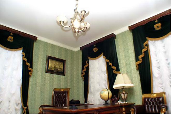 Белый тканевый натяжной потолок в кабинете