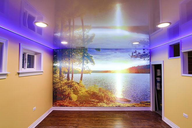 Глянцевый натяжной потолок со светодиодами