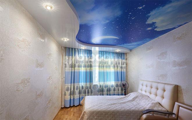Двухуровневый натяжной потолок в спальне небо