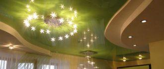 Натяжной потолок с люстрой и точечными светильниками