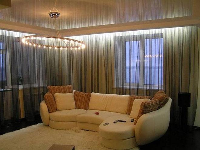 Гостиная с натяжным потолком и скрытым карнизом для штор