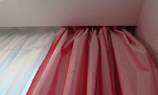 Скрытый карниз для штор с натяжным потолком