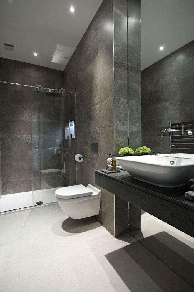 натяжной потолок в серой ванной
