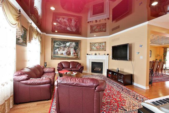 Бордовый натяжной потолок в гостиной