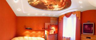 Натяжной потолок с фотопечатью картины в гостиной