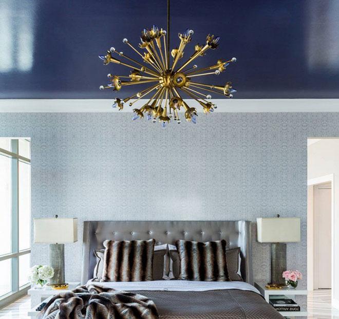 Необычная люстра в комнате с синим натяжным потолком
