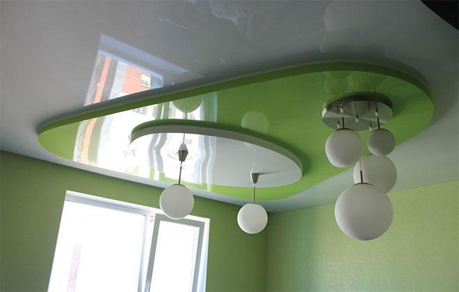 Шарообразные люстры и многоуровневый натяжной потолок