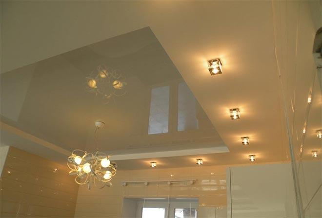 Многоуровневый натяжной потолок со спотами и люстрой
