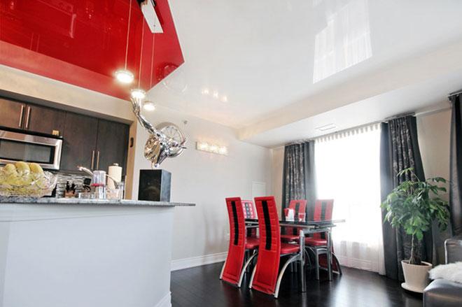 Комбинированный бело-красный натяжной потолок на кухне