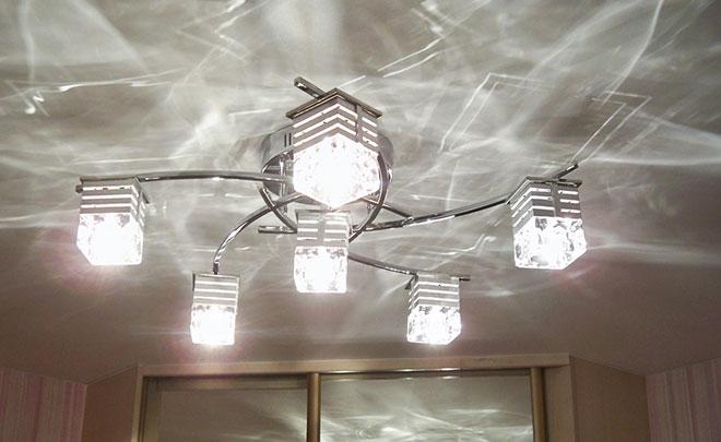 Светодиодная люстра на натяжном потолке