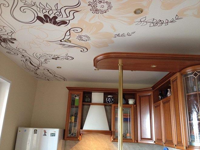 Тканевый натяжной потолок с рисунком цветов