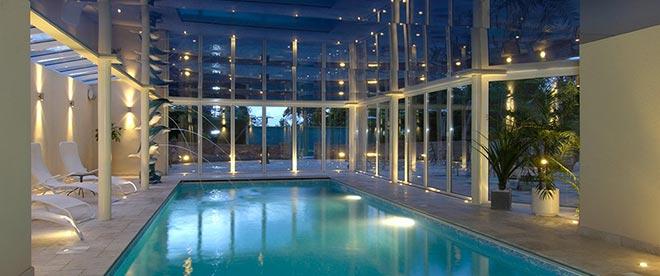 Глянцевый натяжной потолок в бассейне