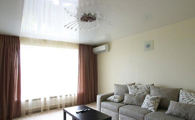Люстра с белым натяжным потолком в гостиной