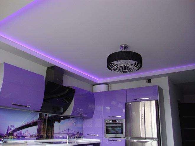Цветная светодиодная лента в натяжном потолке на кухне