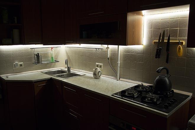 Светодиодная лента на кухне для подсветки рабочей зоны