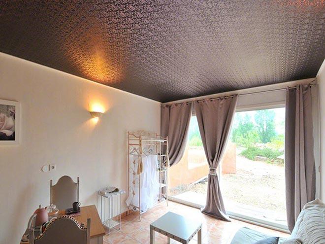 Коричневый текстурный натяжной потолок