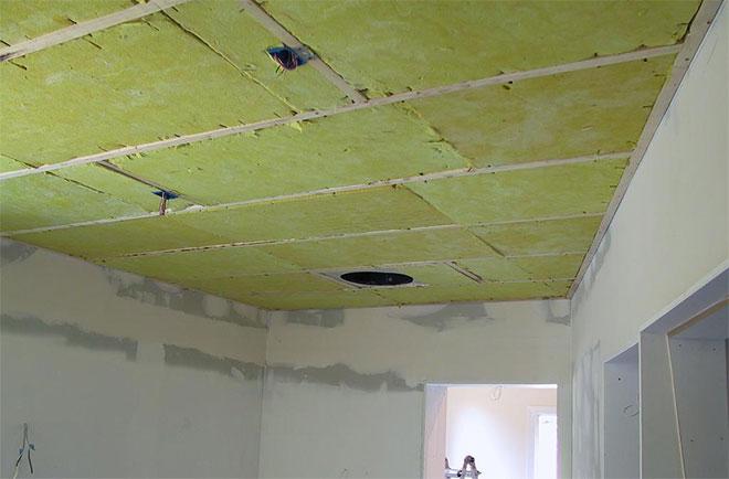 Минеральная вата на каркасе потолка