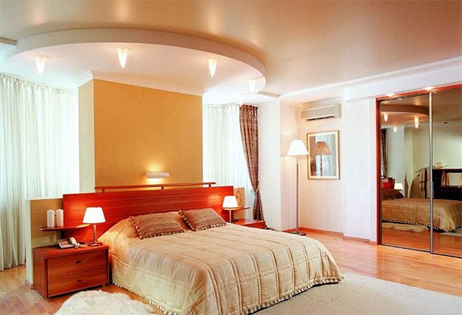 Двухуровневый сатиновый натяжной потолок в спальне