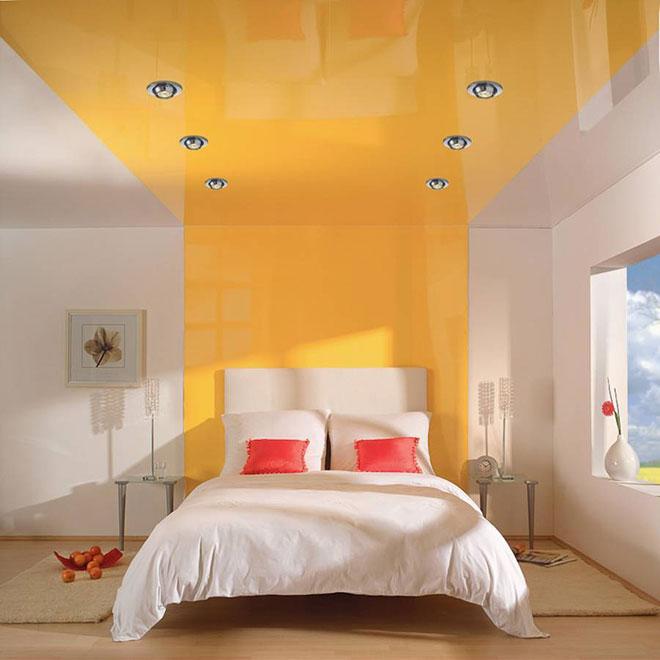 Глянцевый комбинированный натяжной потолок в спальне