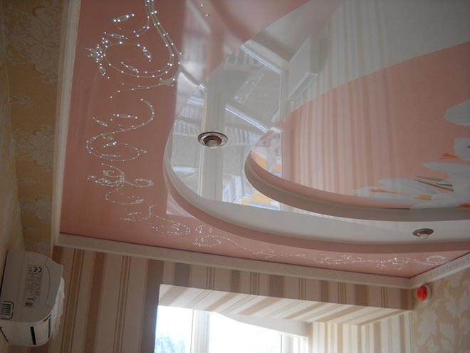 Многоуровневый натяжной потолок в розовых тонах