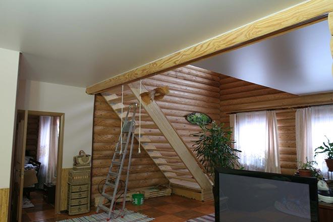Натяжной потолок в доме из бруса