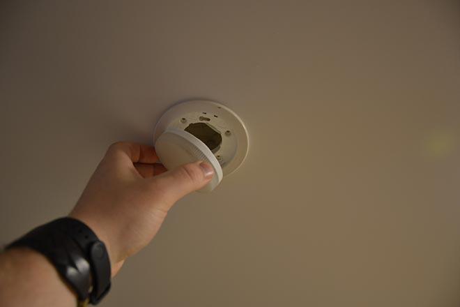 Замена лампы GX53 в натяжном потолке