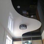 Комбинированный натяжной потолок - белый и черный глянец