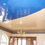 Голубой с бежевым глянцевый комбинированный натяжной потолок