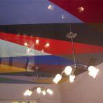 Многоцветный комбинированный натяжной потолок в ярких цветах