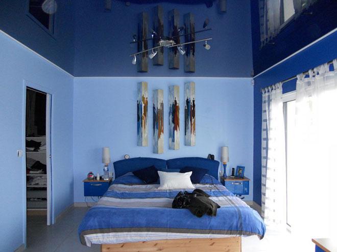 Синий глянцевый натяжной потолок в спальне